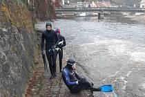 Krumlovští vodní záchranáři trénují plavání i v zimě ve Vltavě. Oblékají si na to neopren.