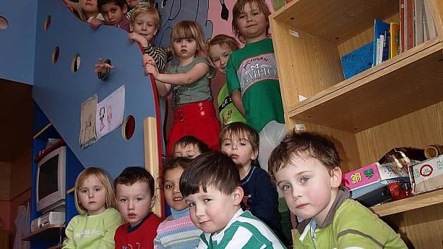 Za pěkné prostředí vděčí žáci rožmitálské základní a mateřské školy štědrosti obce i zručnosti místních řemeslníků. Na snímku vlevo děti z mateřinky.