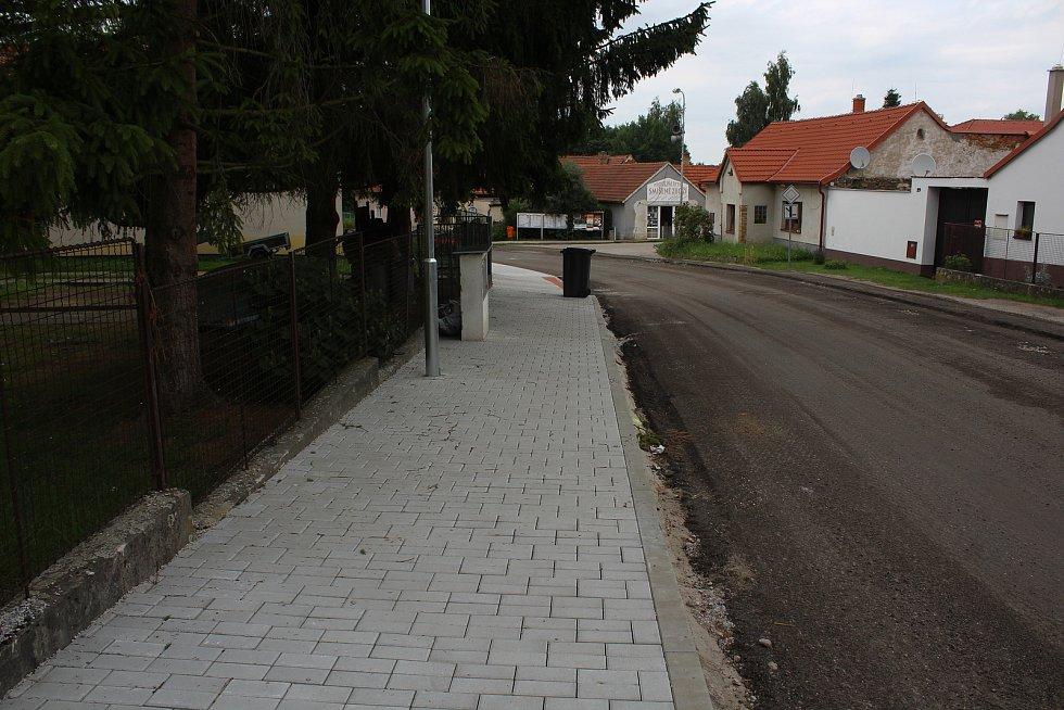 Práce na průtahu Dolním Třebonínem mají trvat až do konce srpna.