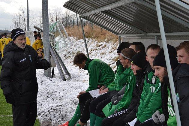 Trenér krumlovského Slavoje Václav Domin (vlevo, na snímku o poločase utkání s juniorkou Dynama) si pochvaloval zimní přípravu, na jarní start divize si však musí ještě počkat.
