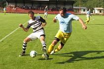 Kapličtí po trefách kanonýrů Jakuba Lesňáka ( vlevo, v souboji s hostujícím Ondřejem Liškou) a Marka Urazila vedli v derby už o dva góly, ale nakonec se smáli Zlatokorunští.