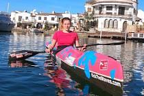 Nejúspěšnější členka krumlovské výpravy Anežka Paloudová (na svém závodním kajaku při jarním soustředění ve Španělsku).