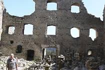 Minulý rok na Dívčím kameni proběhla konzervace zdi naproti stánku se suvenýry, kastelánka se pokouší získat dotaci na další opravy.