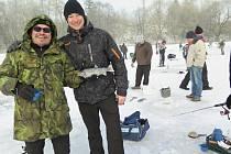 Rybolov pod ledem v kaplickém pstruhařství.