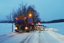 Sypač pomáhal z nesnází osobnímu autu u Dolního Třebonína.
