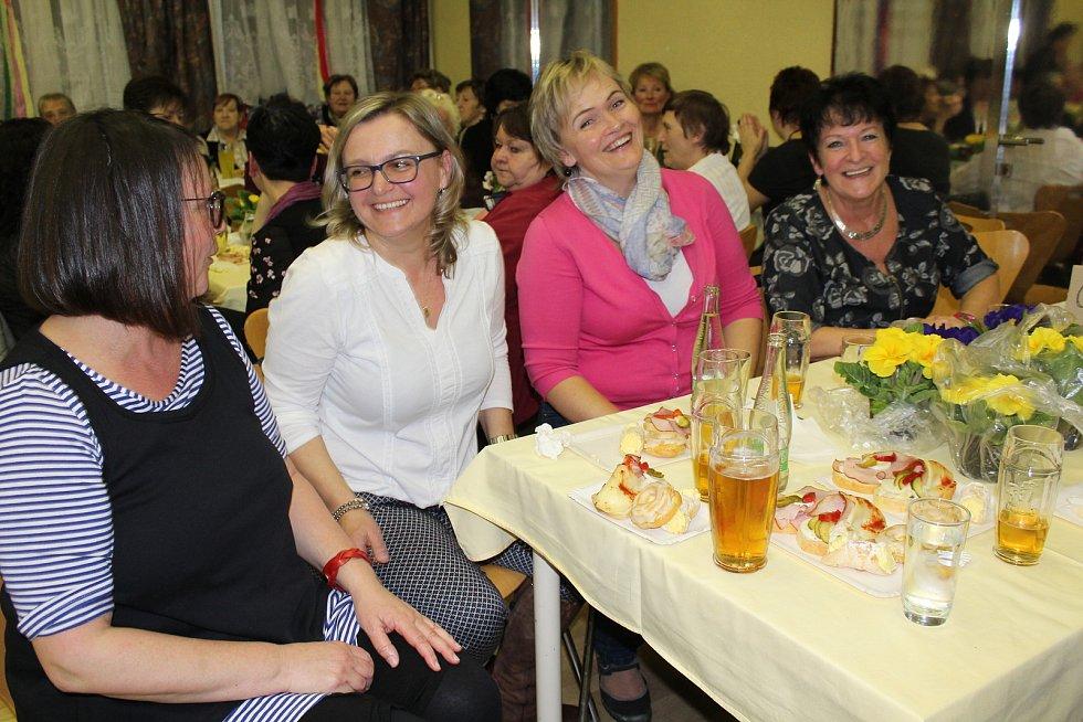 Pouze ženám patřil páteční večer při muzice v sále KIC v Horní Plané.