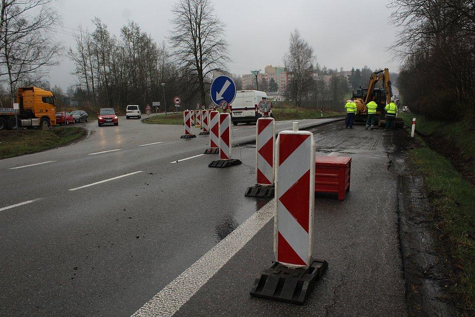 Práce u Velešína opět vypukly plnou silou. Objížďky nyní platí pro veškerou dopravu, během dopoledne ale třeba v Českém Krumlově nijak zvlášť nevázla.