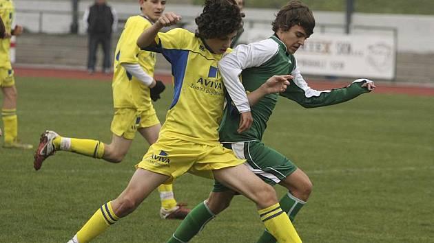 Nádhernou trefou z dálky rozhodl těžké utkání v Břilicích českokrumlovský starší žák Dominik Adamíček (vpravo, na snímku z předchozího domácího vítězného duelu s budějovickou Lokomotivou).