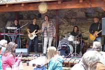 Schelinger Memory Band zahraje v sobotu v areálu koupaliště ve Větřní.