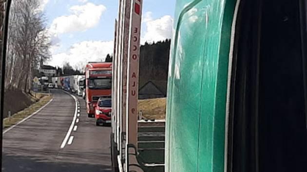 Kolona před Dolním Dvořištěm v pátek před 15. hodinou sahala téměř k Freistadtu.