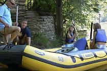 Mezi klienty českokrumlovské půjčovny raftů a kanoí se ve středu zařadila také rodina Zvěřova z Prahy.
