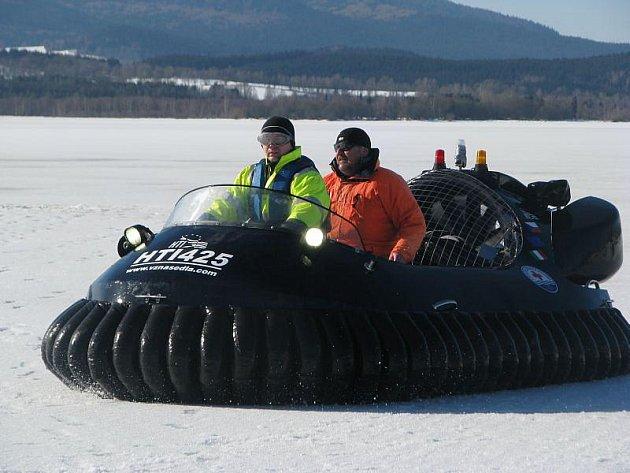 Stovka dobrovolných i profesionální záchranářů se o posledním únorovém víkendu cvičila v záchraně lidí, pod kterými se prolomil led.