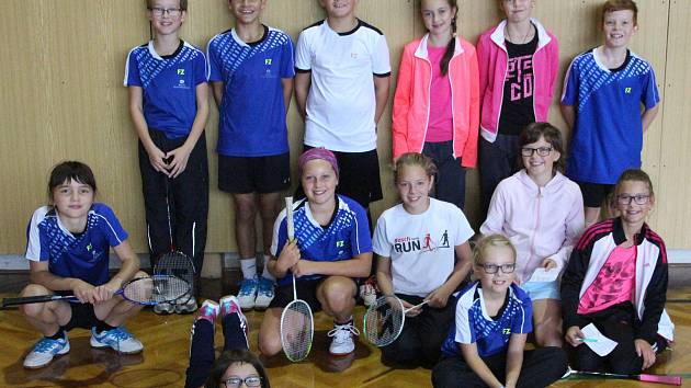 Českokrumlovský oddíl SK Badminton vyslal na krajský turnaj mladšího žactva do Strakonic početnou výpravu (na společném snímku).