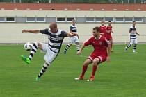 V generálce na start nové fotbalové sezony Třeboň (v červeném) doma porazila Kaplici 2:1.