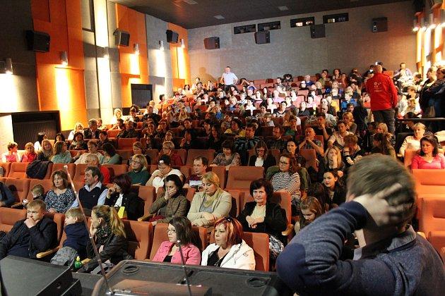 Kaplický kinosál praskal ve švech. Kapličtí bojují za udržení svého gymnázia a obchodní akademie.