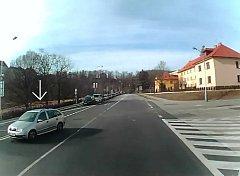 Policisté hledají svědky této nehody na křižovatce na Špičáku v Českém Krumlově.