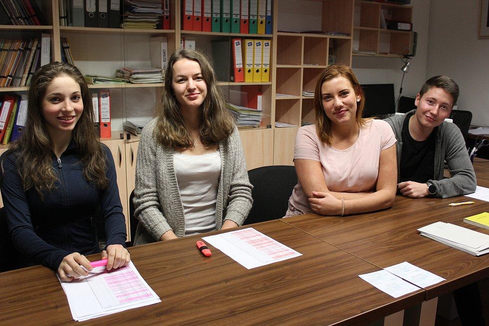 Mladá volební komise v Chlumci. Zleva Karolína Janečková 18 let, Kristina Janečková 20 let, Eliška Mrázová 19 let a Tomáš Janeček 18 let.