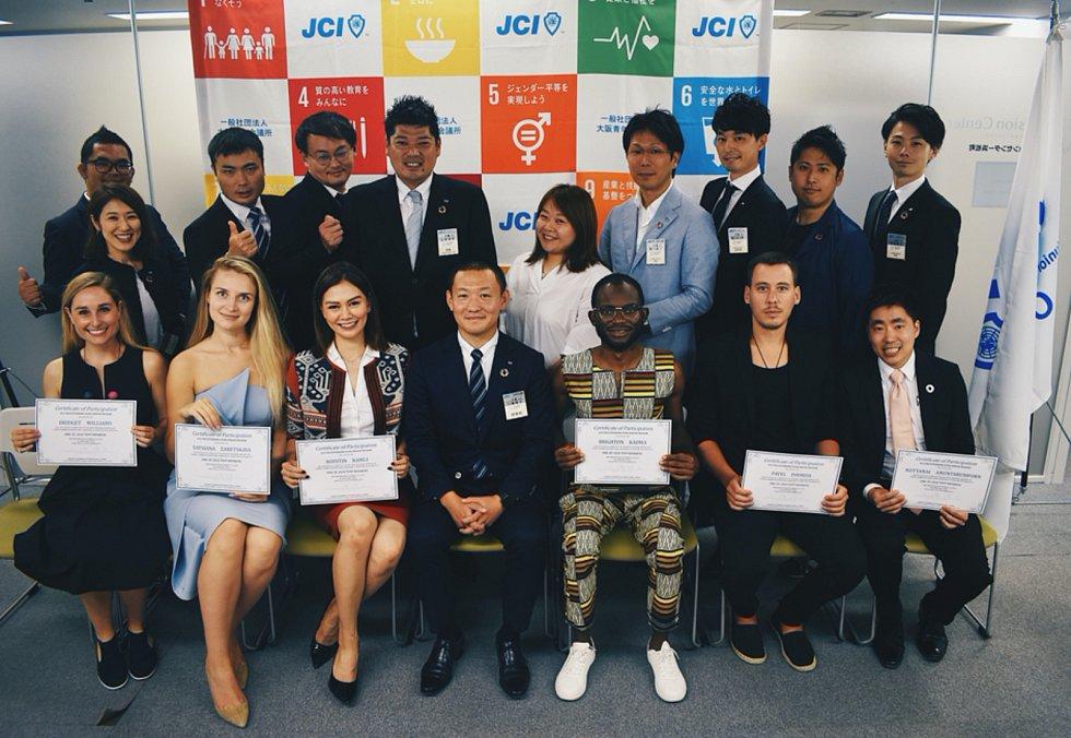 Cenu The Outstanding Young Person letos získalo šest lidí, a to z Nového Zélandu, Estonska, Indonésie, Zambie, Česka (Pavel Podruh je v první řadě druhý zprava) a Thajska.