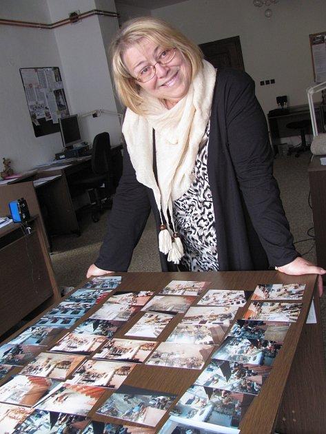 Ivana Selucká z Českého Krumlova nad archivem fotografií z natáčení Pinocchia.