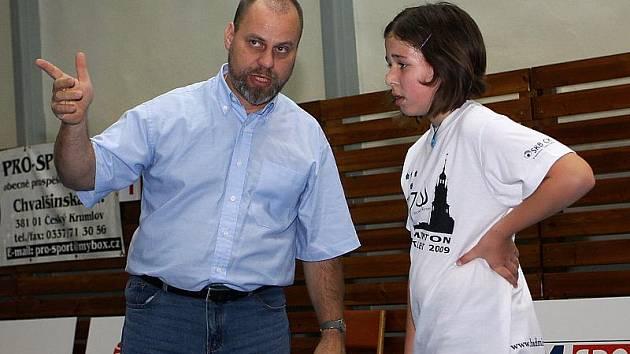 Na snímku z domácího turnaje hráčka céčka Tereza Markovcová pozorně naslouchá pokynům trenéra Karla Kotyzy.