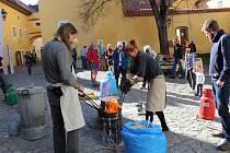 Tvoření a výpal keramiky můžete vidět v sobotu na klášterním dvoře v Českém Krumlově.