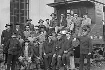 Pracovníci vlečky v továrně Ignác Spiro a synové ve Větřní. Objednal Heinrich Sojka. Fotografováno 25. 3. 1911,