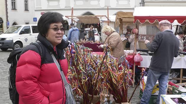 Velikonoční trh na českokrumlovském náměstí nabízí rozmanité zboží i dobroty.