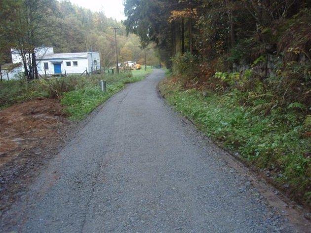 Tuto silnici vzaly v létě přívalové deště.