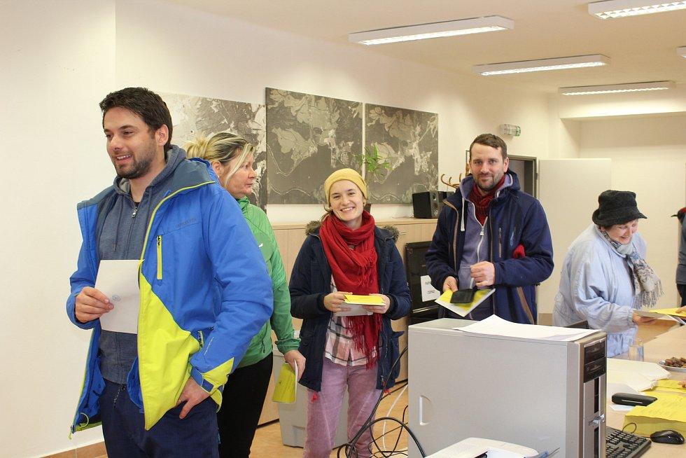 V Lipně nad Vltavou se hned od 14. hodiny valily zástupy lidí, značnou část tvořili návštěvníci skiareálu s voličskými průkazy.