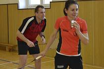 Bez ztráty jediného setu prošla svátečním turnajem favorizovaná dvojice manželů Markéty a Petera Mouritsenových z dánského Svendborgu a zaslouženě zvedla nad hlavu věčně putovní pohár .