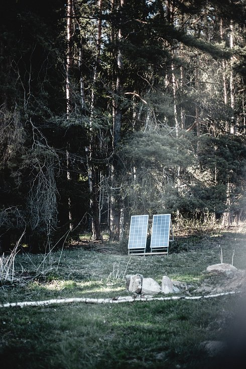 Český soběstačný dům vyrostl u Kyselova na Vyšebrodsku, asi 400 metrů od lipenského skiareálu. Dva malé solární panely poháněly vodu z vrtu.