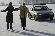 I přes vysoké teploty posledních dnů se lidé ještě o víkendu vydali na zamrzlé Lipno dokonce autem.