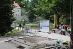 V českokrumlovské Jelení zahradě se právě staví nová stezka lemující Polečnici. Část pod zámkem bude součástí povltavské cyklostezky.