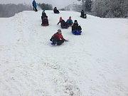 Na Lipně se sice ještě lyžuje, na pořádnou bobovačku to ale stačí.