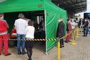 Vodní záchranáři testují zaměstnance firmy Linde Pohony v Českém Krumlově.