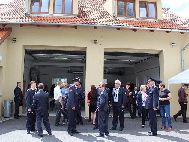 Hasiči zPřízeře a Rožmberka přečkali léta nejistot – a dnes mají důstojné zázemí.Na snímku Vlevo vyšebrodský převor Justin Berka, uprostřed současná starostka Rožmberka Lenka Schwarzová a vpravo ředitel krumlovských hasičů Pavel Rožboud.