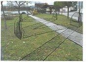 Pamětní desky jsou na jednotlivých kamenech a cesta tak provede návštěvníky celým pomníkem. Návrh č. 3.