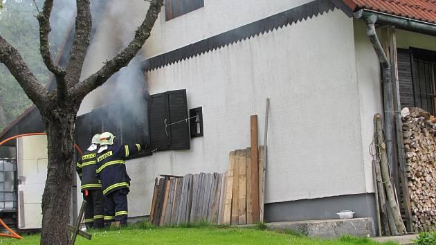 Hořící chata u obce Frymburk.
