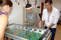 Jednou z oblíbených kratochvílí v kaplickém nízkoprahovém zařízení pro děti a mládež Depo je hraní stolního fotbalu.
