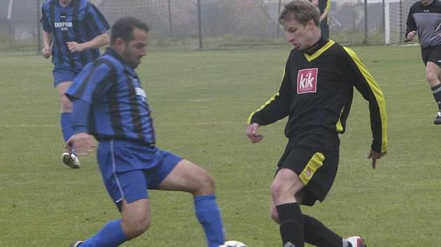 Dvěma slepenými brankami v rozmezí 35. až 38. minuty nasměroval vyšebrodské Dynamo k výhře Tomáš Dibďák (vpravo, na snímku z předchozího derby ve Chvalšinách v souboji s Romanem Čarkem).