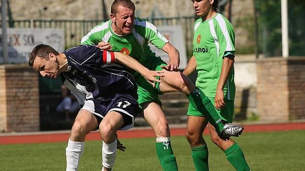 V této chvíli tvrdě narazil Václav Beránek (uprostřed) na hráz postavenou hostujícím kapitánem Martinem Petrem (vpravo v pozadí situaci sleduje Lukáš Vacek).