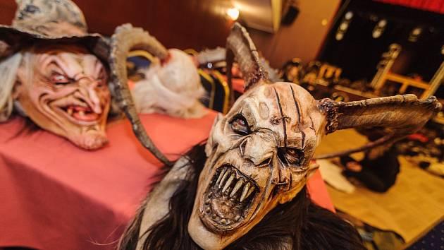 Další nové masky démonických krampusů představuje Galerie Krampus v Kaplici.