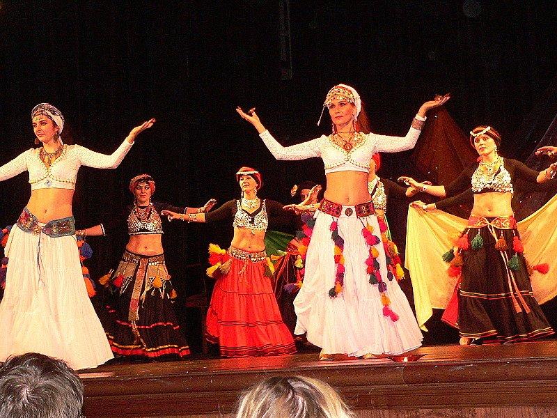 Přehlídka orientálních tanců v českokrumlovském divadle.