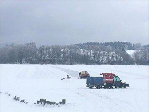 Frymburští ledaři chystají dráhu na bruslení, ale varují, že na hromadné bruslení to ještě není.