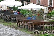 Hned vedle vzedmuté hladiny Vltavy se v pátek před polednem ještě v klidu obědvalo.