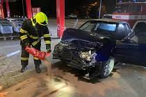 Posádka osobního auta před půlnocí narazila do prpdejny Penny marketu. Jak se to stalo, šetří policie.
