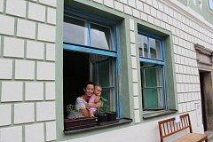 První rodiny se zabydlují. Krumlovačka Věra Čarková s dcerou Kačenkou (na snímku), manželem a synem budou měsíc žít v Široké.