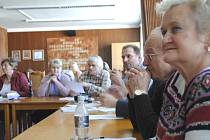 Na městském úřadě se veřejně jednalo o plánu zastavět Šeříkovou stráň.