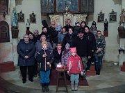 """V Rojšíně se zpěváci sešli v místní kapli. """"Letos nás bylo 23, akce se vydařila, děti se nemohly odtrhnout od mísy plné perníčků,"""" říká Radek Šimeček."""
