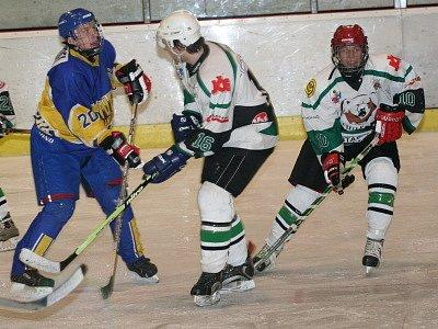 Proměněným trestným střílením ve stylu švédské legendy Forsberga se blýskl teprve šestnáctiletý rakouský reprezentant v barvách juniorky Slavoje Peter Schneider (vpravo, na snímku z domácího zápasu s Nymburkem).